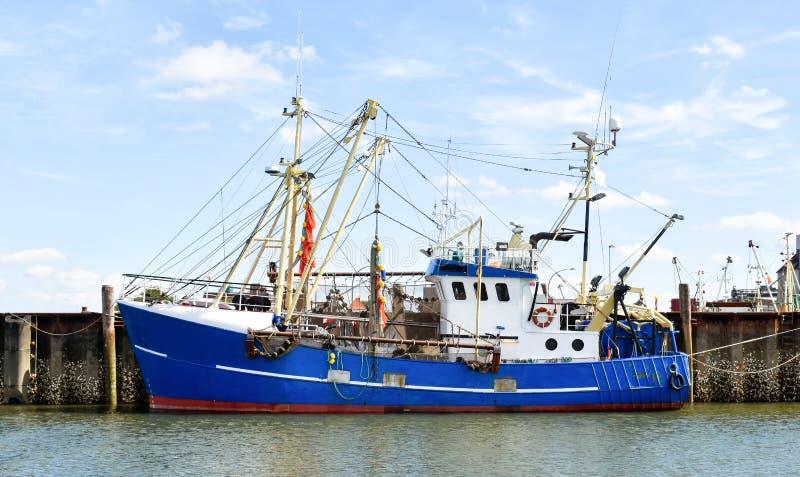 Pesca del barco rastreador en el puerto de Buesum en Frisia del norte Alemania imagen de archivo libre de regalías