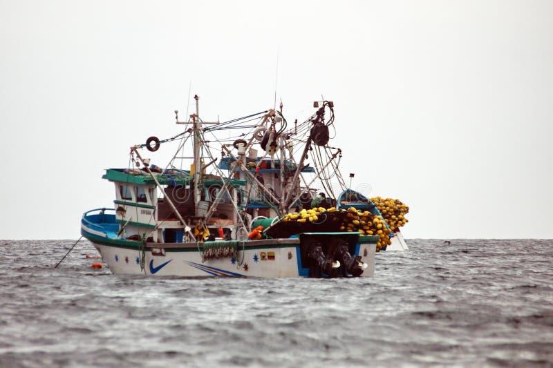 Pesca del barco rastreador en la bahía fotografía de archivo libre de regalías