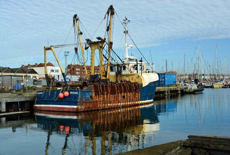 Pesca del barco rastreador Nauru en el puerto de Shoreham foto de archivo