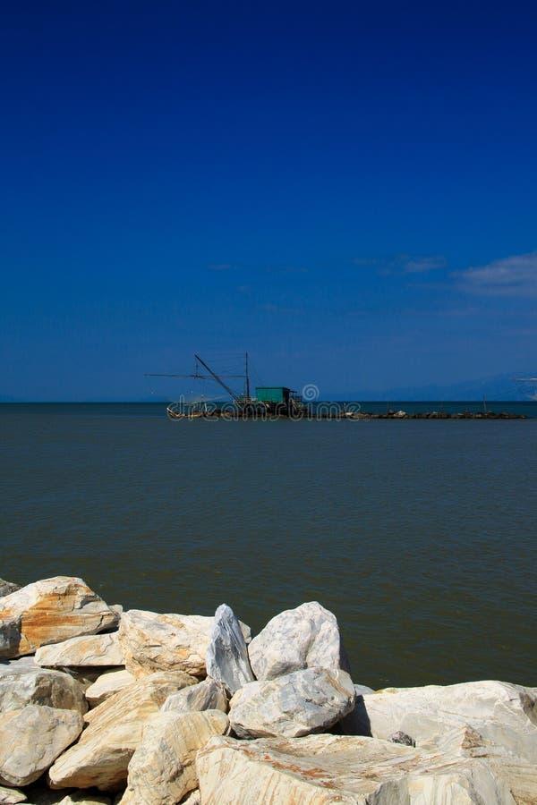 Pesca del bilanciere sparsa alla foce di Arno fotografia stock libera da diritti