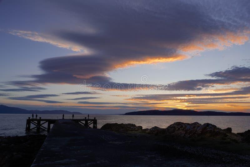 Pesca del embarcadero en la puesta del sol en Escocia imagenes de archivo