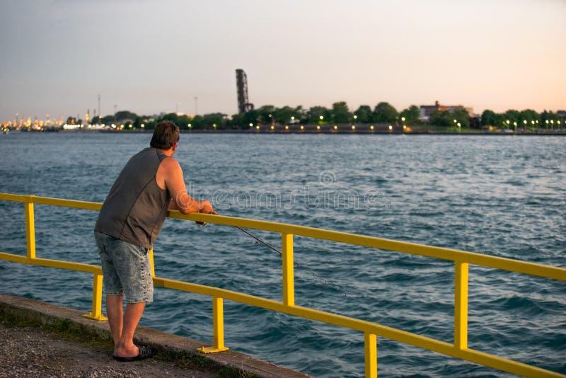Pesca del embarcadero en la puesta del sol fotos de archivo
