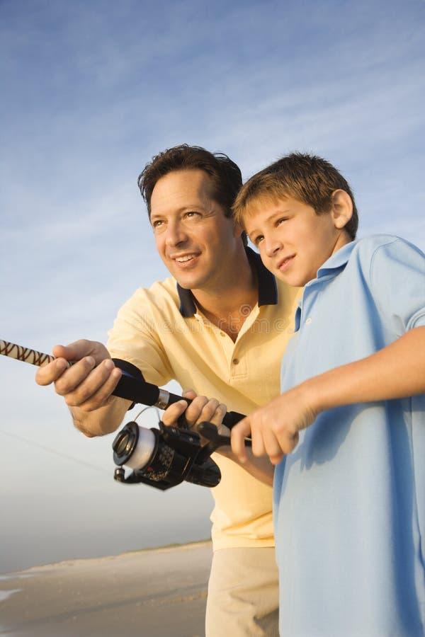 Pesca del figlio e del padre. fotografia stock