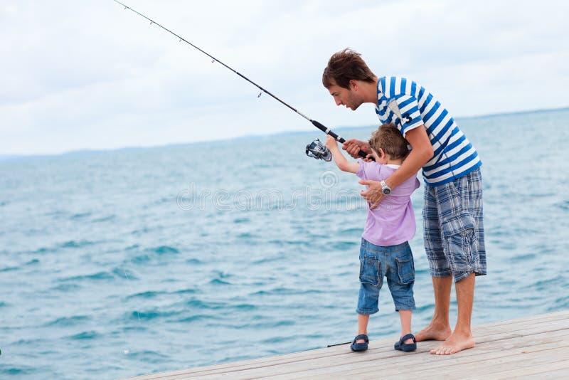 Pesca del figlio e del padre insieme immagine stock libera da diritti