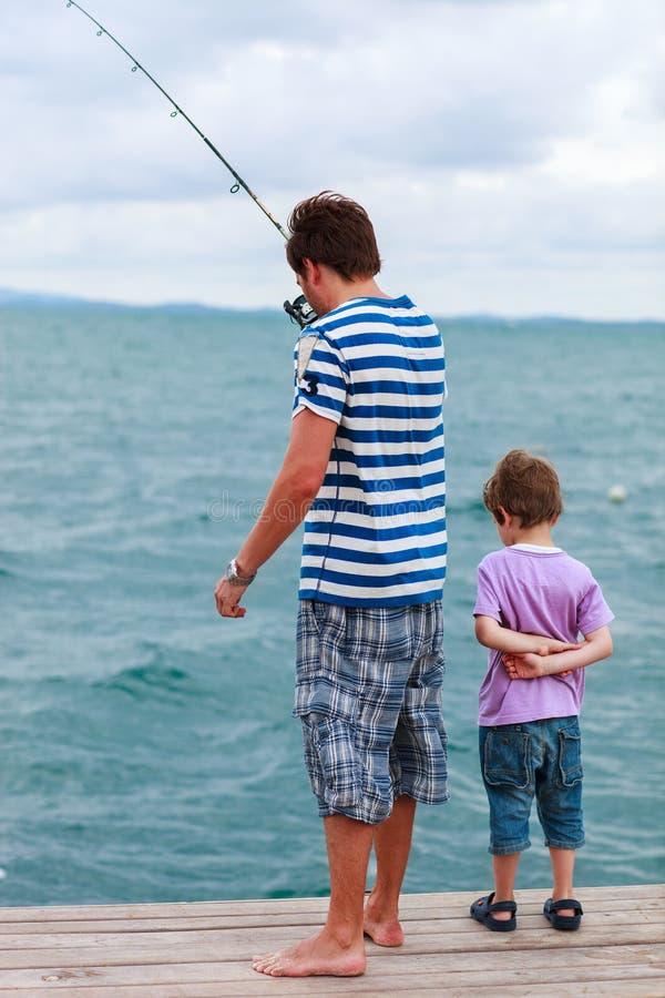 Pesca del figlio e del padre insieme fotografia stock libera da diritti