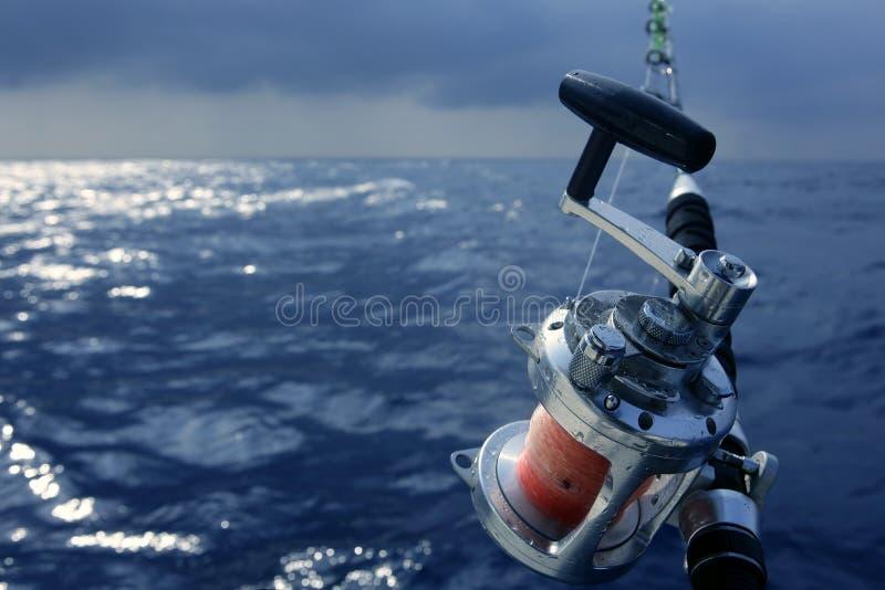 Pesca del gran juego del barco del pescador en agua salada foto de archivo libre de regalías