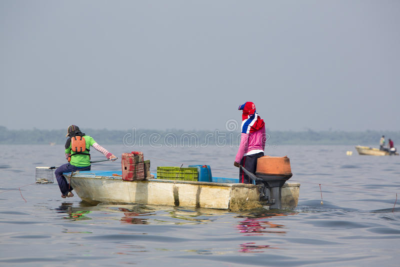 Pesca del granchio sul Lake Maracaibo, Venezuela immagine stock libera da diritti