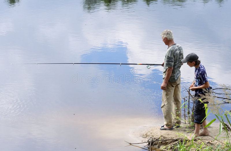 Pesca del Grandad y del nieto fotografía de archivo