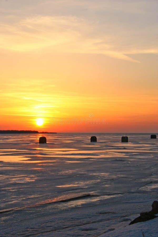 Pesca del hielo de la puesta del sol fotografía de archivo
