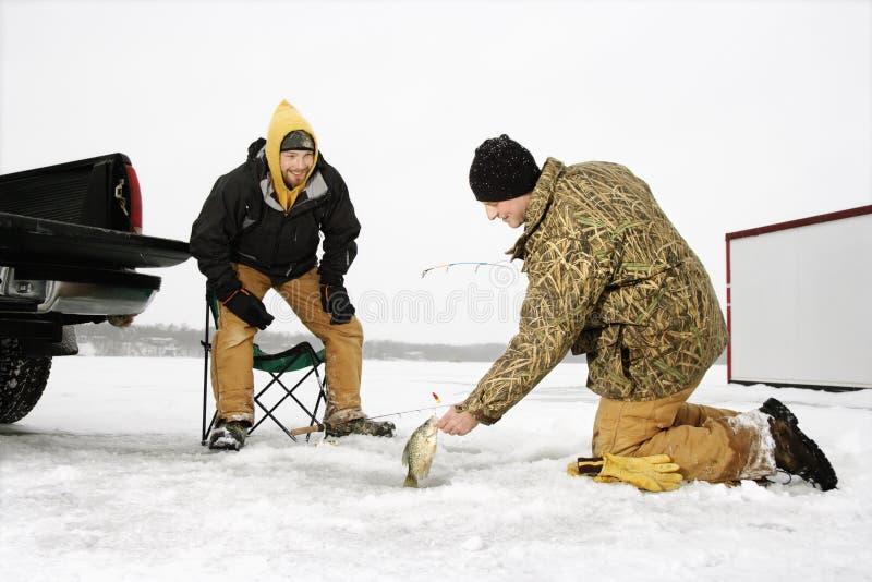 Pesca del hielo de los hombres imagen de archivo libre de regalías
