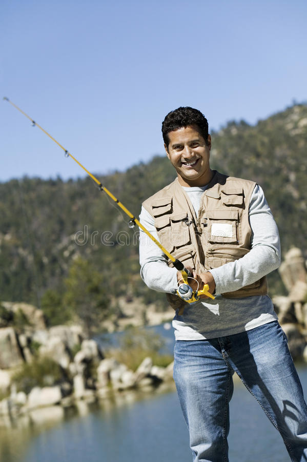 Pesca del hombre en un día soleado imágenes de archivo libres de regalías