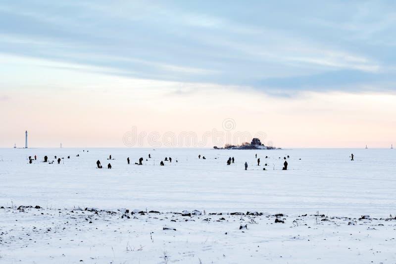 Pesca del invierno en el mar el sol brillante imagen de archivo libre de regalías