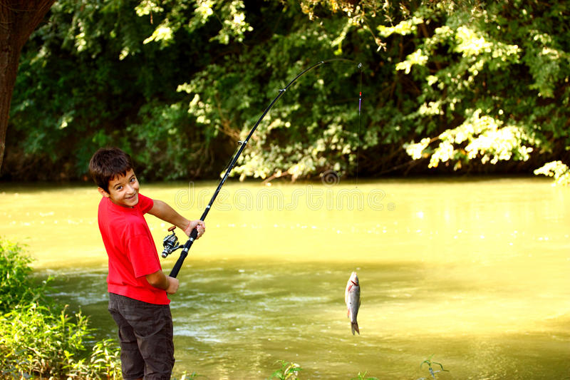 Pesca del muchacho foto de archivo