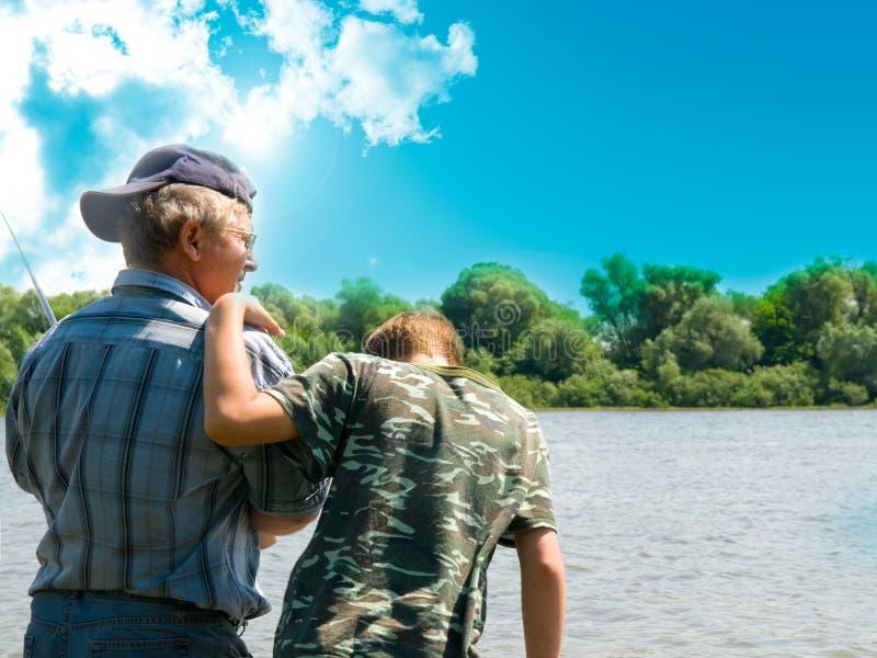 Pesca del nonno e del ragazzo fotografie stock libere da diritti