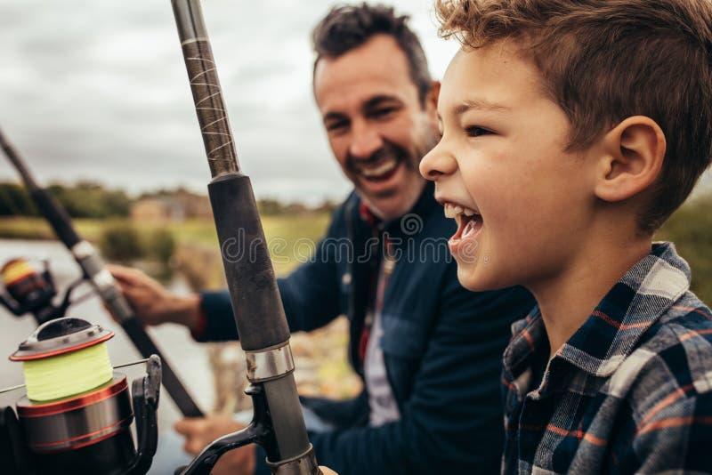 Pesca del padre y del hijo cerca del lago imagen de archivo libre de regalías