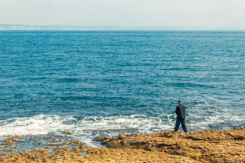 Pesca del pescador en Oeiras, Portugal imagen de archivo libre de regalías