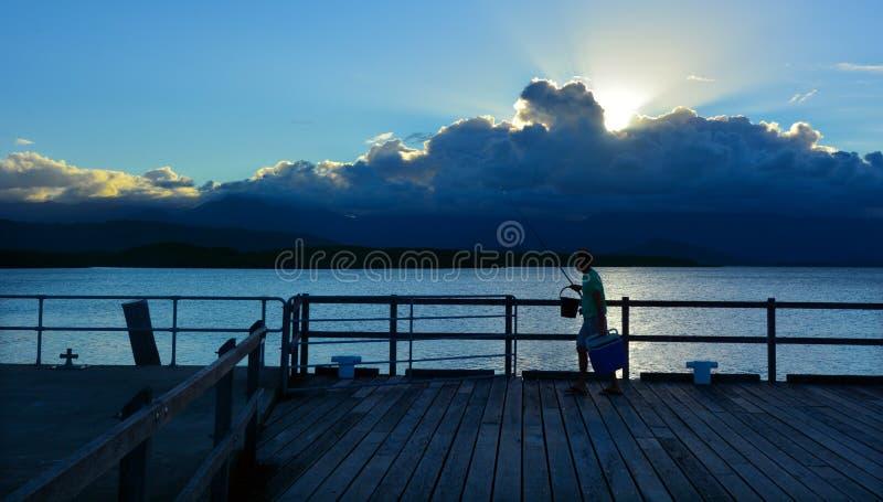 Pesca del pescatore nel porto Douglas Queensland Australia immagini stock libere da diritti