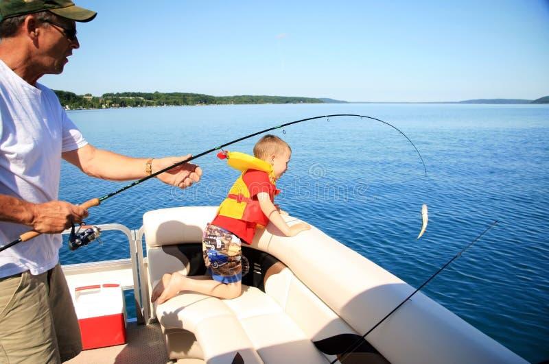 Pesca del ragazzo e dell'uomo immagine stock libera da diritti