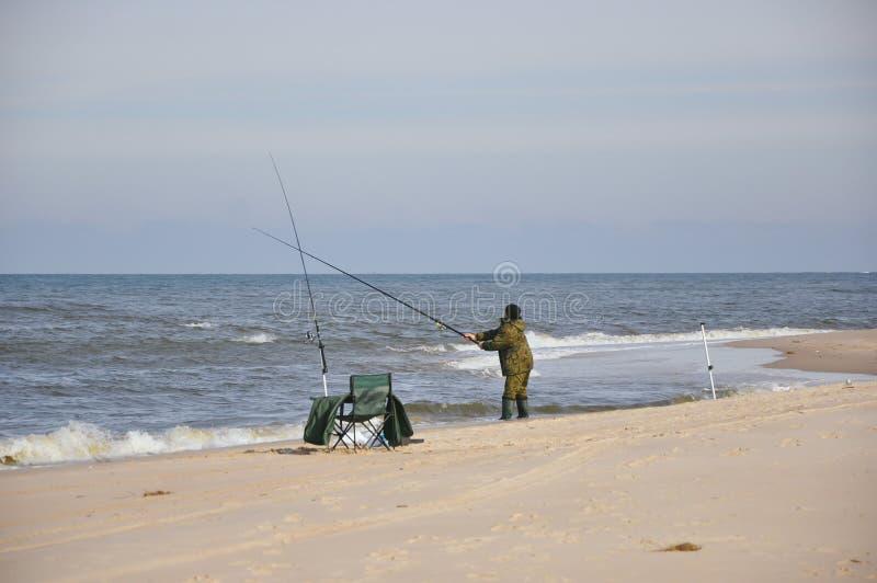 Pesca dell'uomo nel mare immagini stock