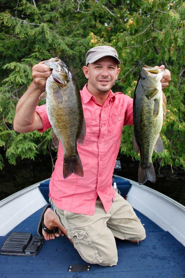 Pesca dell'uomo per la spigola fotografie stock