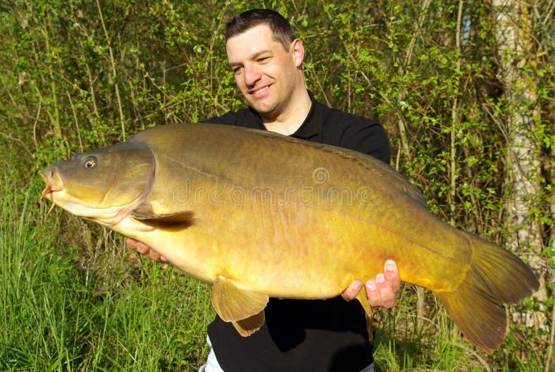 Pesca della carpa Cattura dei pesci fotografie stock libere da diritti