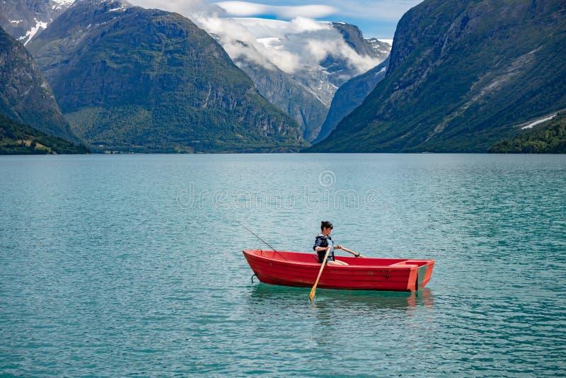 Pesca della donna su una barca immagini stock libere da diritti