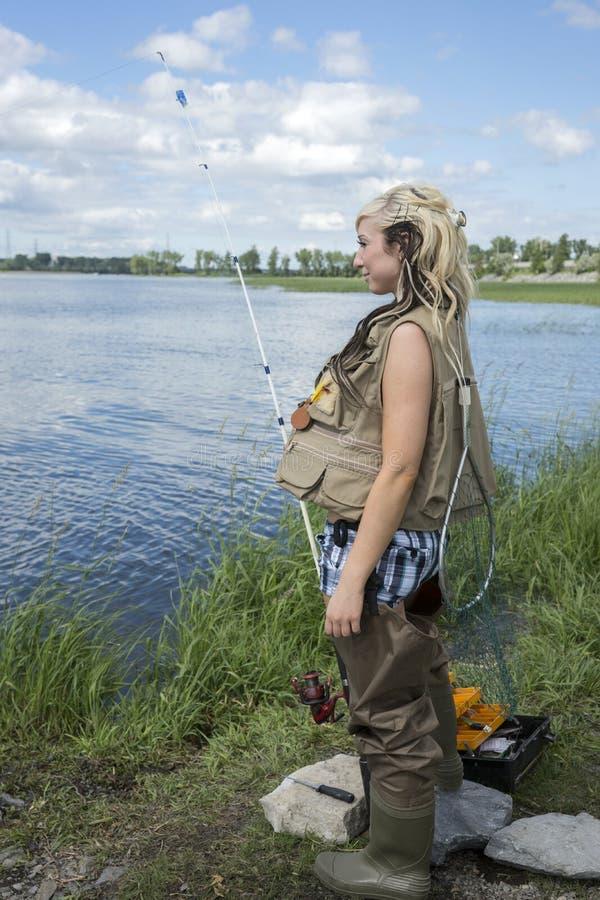 Pesca della giovane donna immagini stock