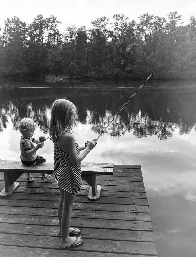 Pesca della sorella e del fratello, Georgia fotografie stock libere da diritti