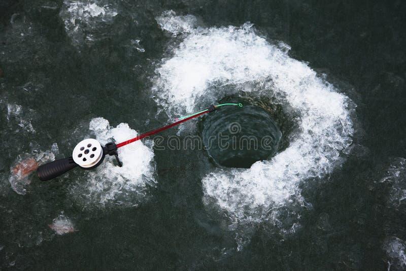 Pesca di inverno sul ghiaccio immagini stock