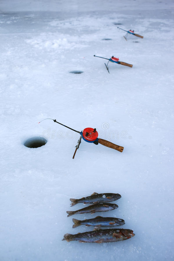 Pesca di inverno sul ghiaccio immagine stock