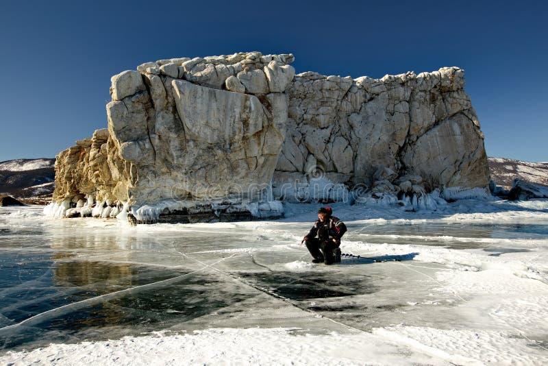 Pesca di inverno sul lago Baikal fotografia stock