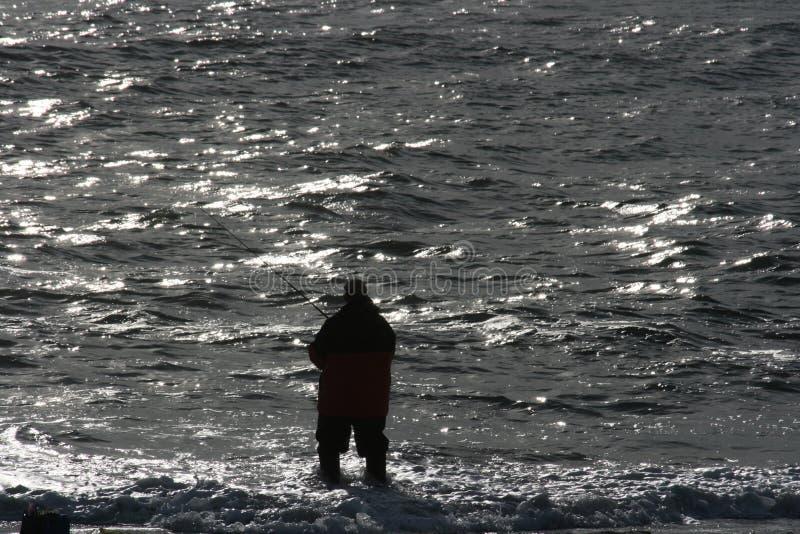 Pesca di spuma al crepuscolo nell'Oceano Atlantico fotografia stock libera da diritti