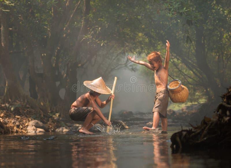 Pesca do amigo de meninos foto de stock