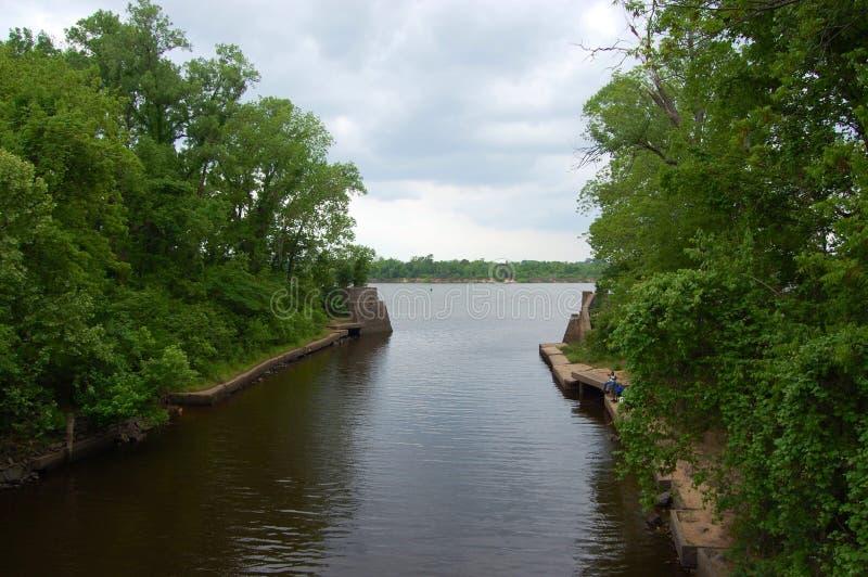 Pesca do banco de rio foto de stock