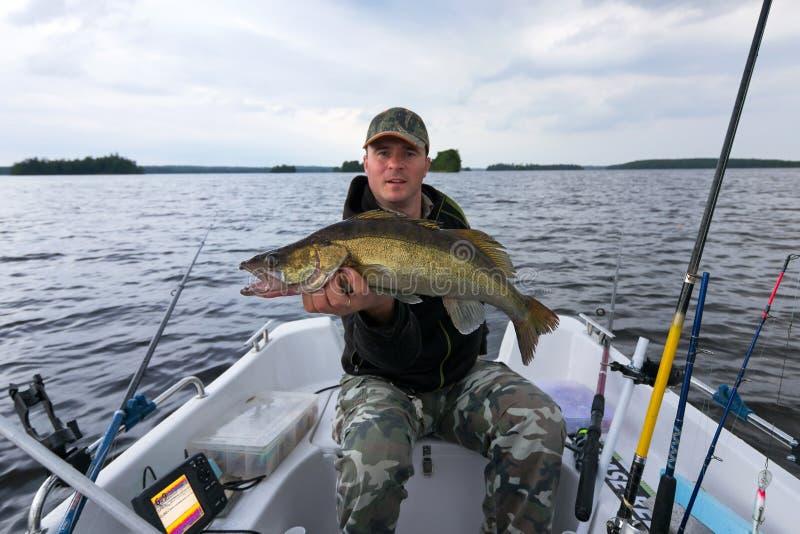 Pesca do barco após walleye fotografia de stock