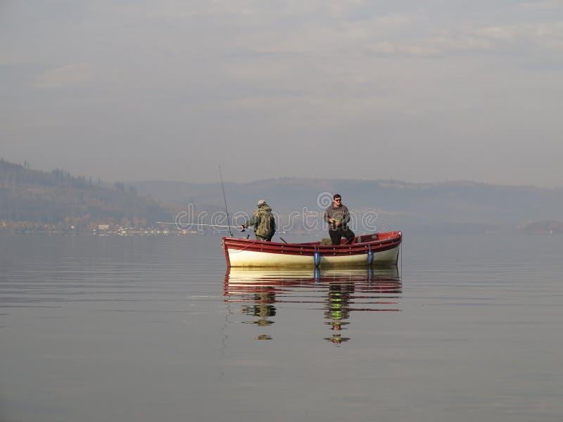 Pesca do barco no lago imagem de stock