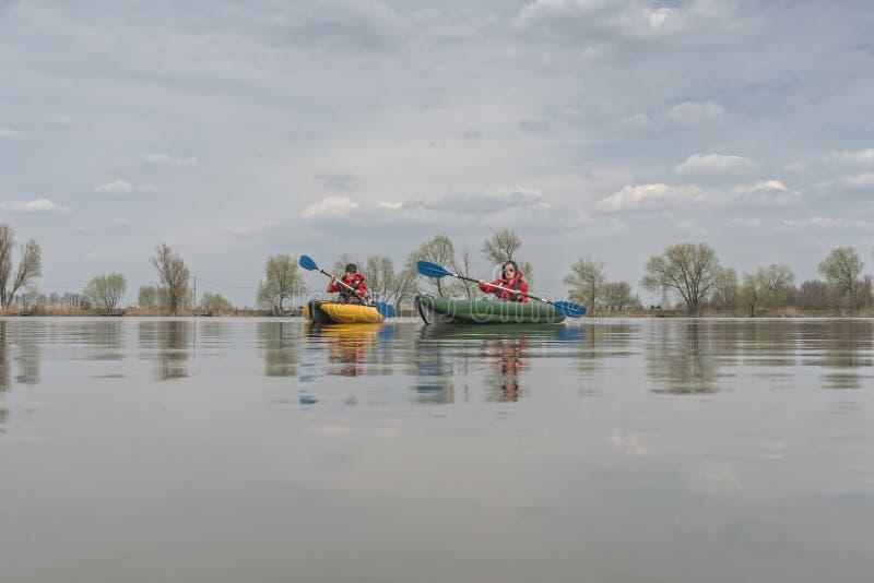 Pesca do caiaque no lago Pescadora no barco inflateble com fishi imagem de stock