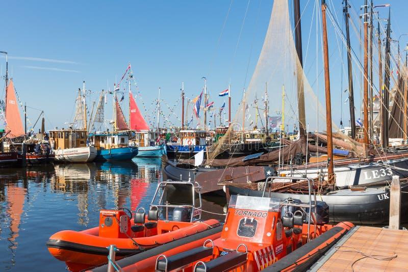 A pesca do decoratedl do dia de pesca envia no porto imagem de stock royalty free