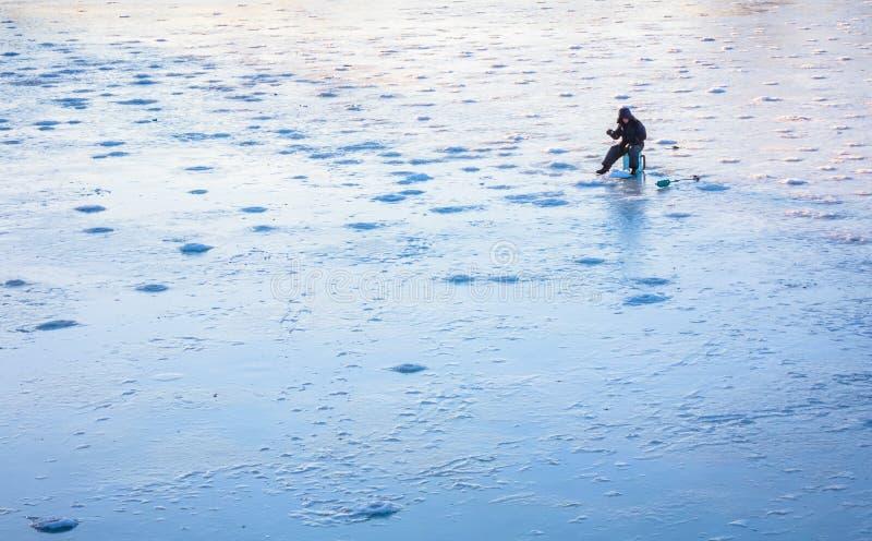 Pesca do gelo no lago frost no tempo de inverno imagens de stock royalty free
