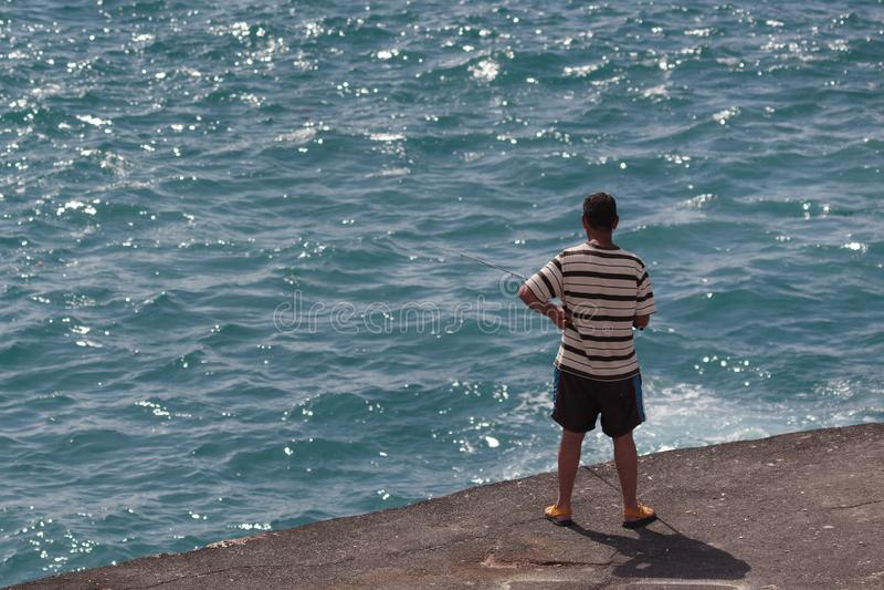 Pesca do homem em Los Gigantes Tenerife o 21 de fevereiro de 2011 Homem n?o identificado foto de stock