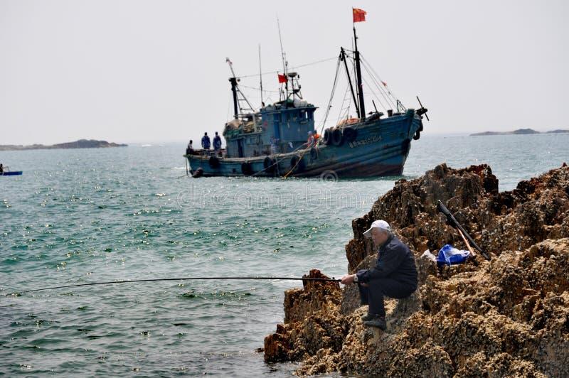 Pesca do homem mais idoso, Qingdao, China fotografia de stock