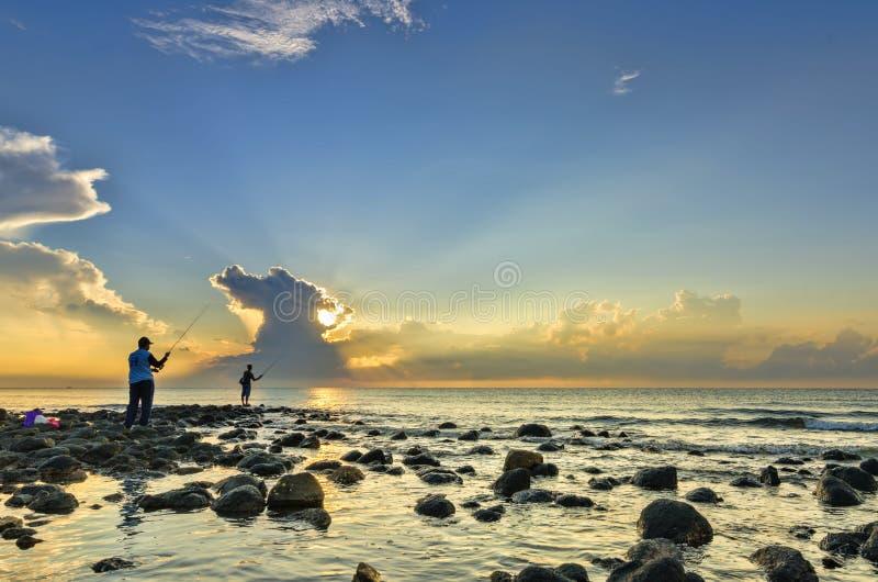 Pesca do homem na manhã imagem de stock