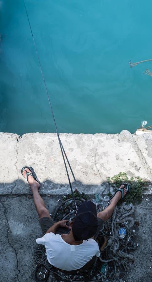 Pesca do homem na opinião aérea do banco fotografia de stock