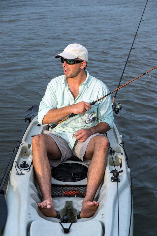 Pesca do homem no close up do caiaque foto de stock