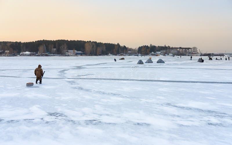 Pesca do inverno em Sibéria - barracas do ` s do fisher no gelo do reservoi de Ob imagens de stock royalty free