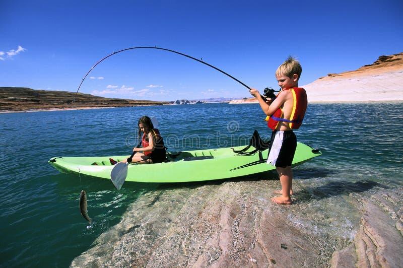 Pesca do irmão e da irmã e Kayaking fotografia de stock