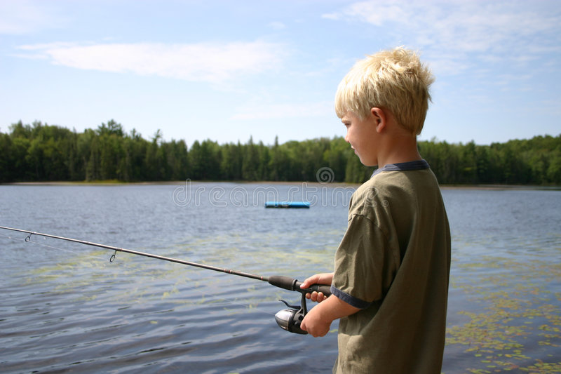 Pesca do menino fotografia de stock