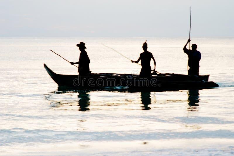 Pesca do nascer do sol no console de Zanzibar imagem de stock
