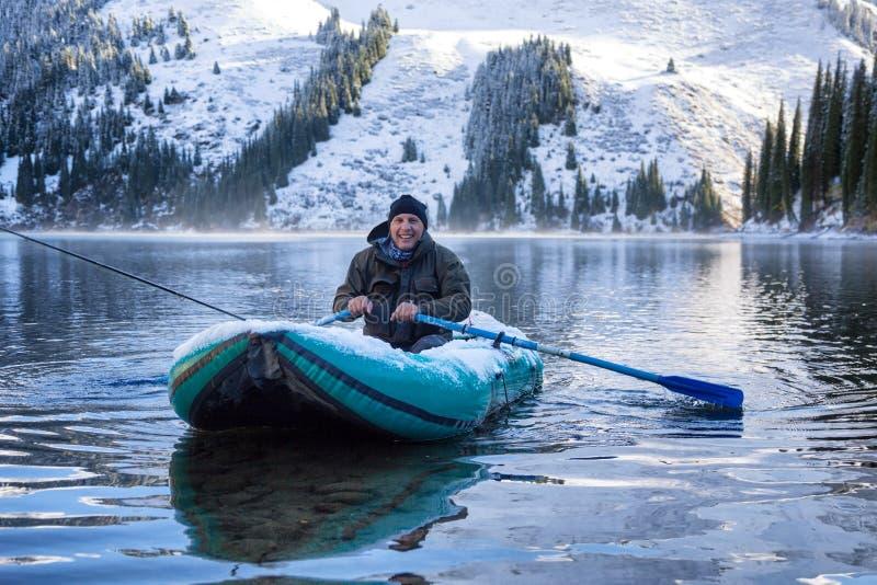 Pesca do outono sob a queda de neve fotografia de stock royalty free