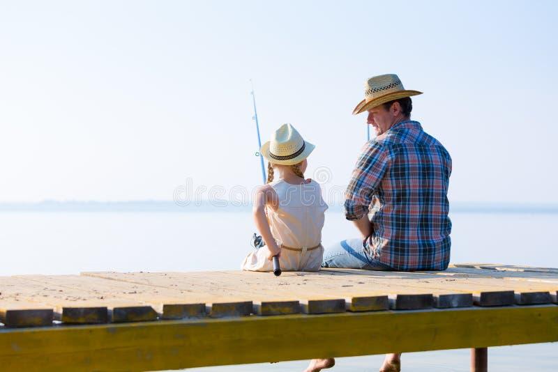 Pesca do pai e da filha foto de stock